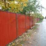 Забор из профлиста в рамке. Цвет красный