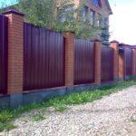 Забор с кирпичными столами и профлистом. Цвет вишня