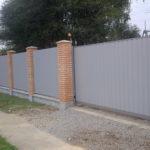 Забор из профлиста на ленте с кирпичными столбами