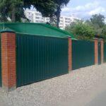 Забор из профлиста с кирпичными столами