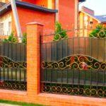 Комбинированный забор с вставками из поликарбоната