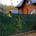 Металлический забор зеленый